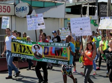 Segunda_manifestação_em_Sertãozinho_pedindo_o_impeachment_da_presidente_Dilma_Rousseff_(PT)_passando_pela_Avenida_Antônio_Paschoal._Foi_ resized.jpg